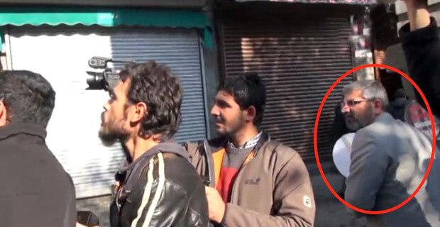 Fotoğraf 1: Tahir Elçi en son olarak DİHA kameramanının arkasında sokağa doğru bakarken DHA kameramanı tarafından görüntüleniyor.